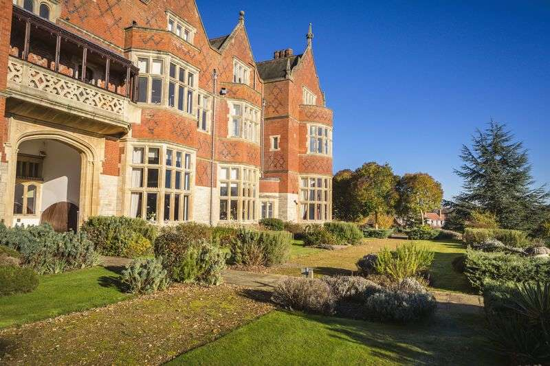 2 Bedrooms Flat for sale in Goldings Hall, Hertford