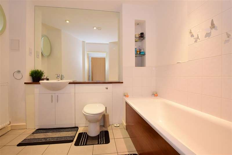2 Bedrooms Apartment Flat for sale in Waterstone Way, Greenhithe, Kent