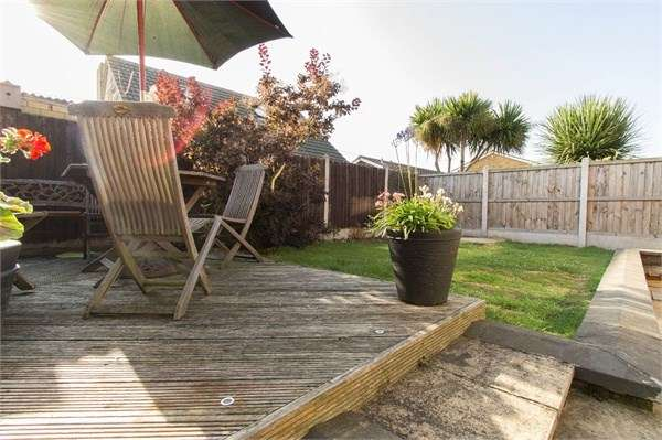 3 Bedrooms Detached House for sale in Linroping Avenue, Canvey Island, SS8