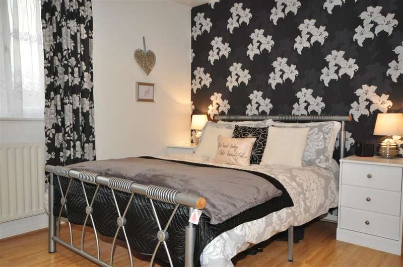2 Bedrooms Terraced House for sale in Coulson Close, Dagenham, Essex