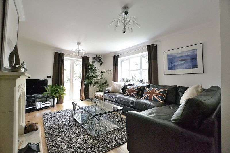 4 Bedrooms Semi Detached House for sale in Langham Park Place, Bromley
