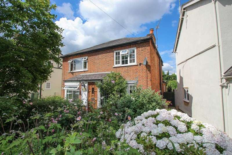 2 Bedrooms Semi Detached House for sale in Common Road, Claygate