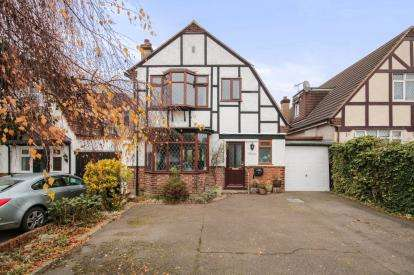 3 Bedrooms Detached House for sale in Billy Lows Lane, Potters Bar, Hertfordshire