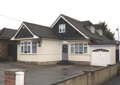 4 Bedrooms Bungalow for sale in Stapleford Road, Stapleford Abbotts, Essex