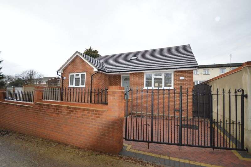 2 Bedrooms Detached Bungalow for sale in Bramingham Road, Luton