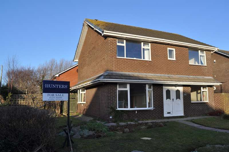 4 Bedrooms Detached House for sale in Bowes Lyon Place, St Annes, Lancashire, FY8 3UE