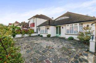 3 Bedrooms Bungalow for sale in Shirley Road, Croydon