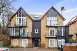 2 Bedrooms Flat for sale in Roundburrow Close, Warlingham, Surrey