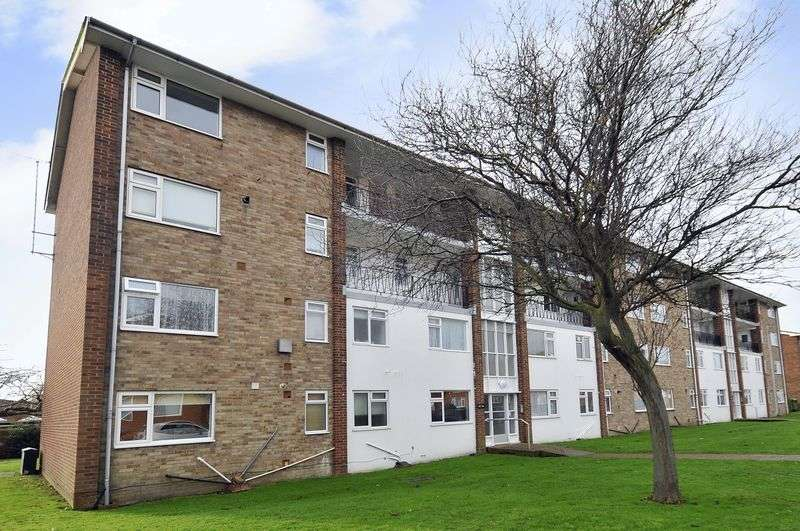 2 Bedrooms Flat for sale in Meadway Court, Southwick