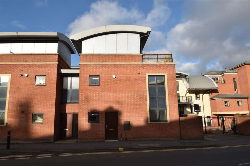 3 Bedrooms Property for sale in St Wulstans Court, Worcester