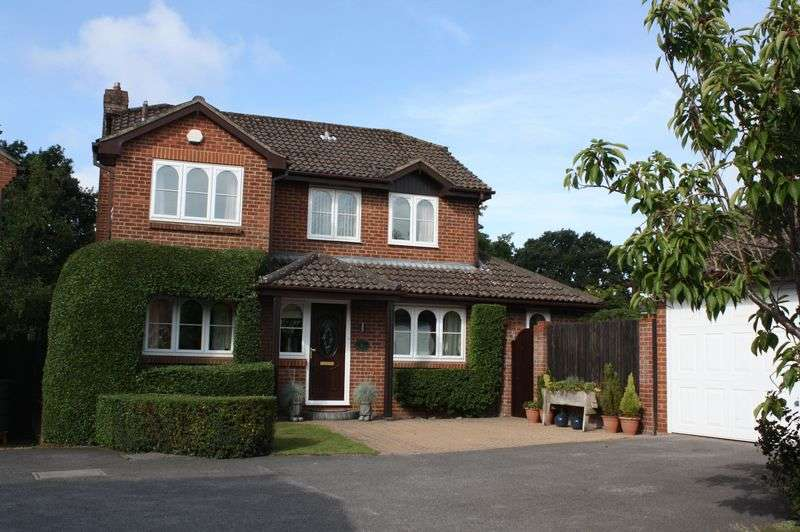 4 Bedrooms Detached House for sale in Brooklynn Close, Waltham Chase