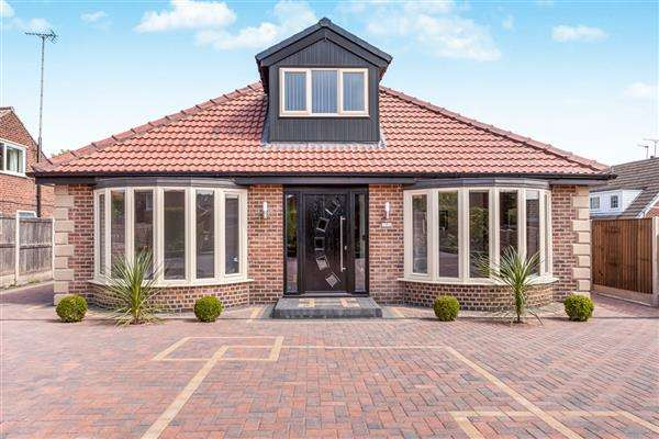 4 Bedrooms Bungalow for sale in Little Hemsworth, Hemsworth