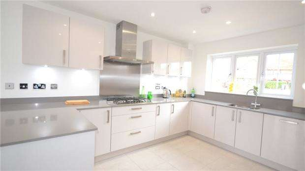 4 Bedrooms Detached House for sale in Brambleside, Knights Close, Crookham Village