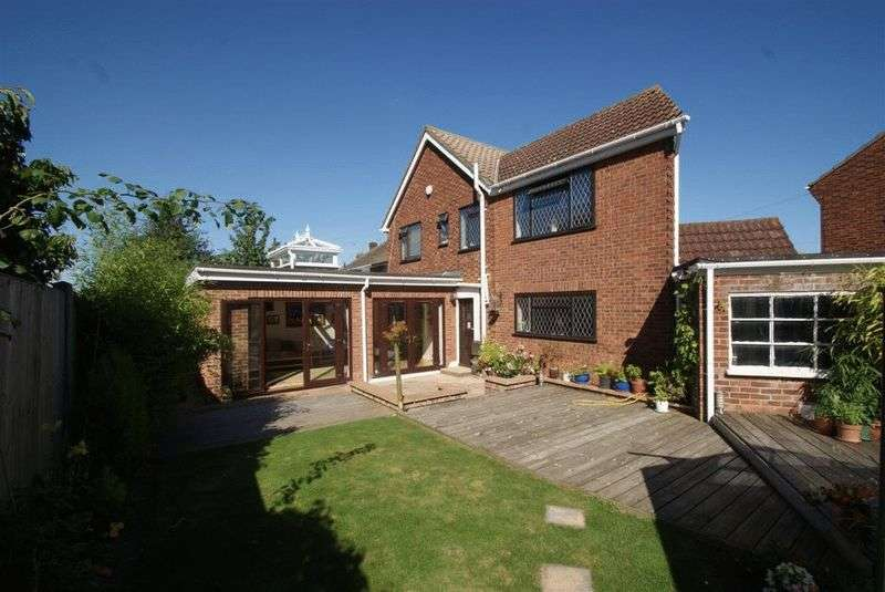 4 Bedrooms Detached House for sale in Oakwood Close, Benfleet