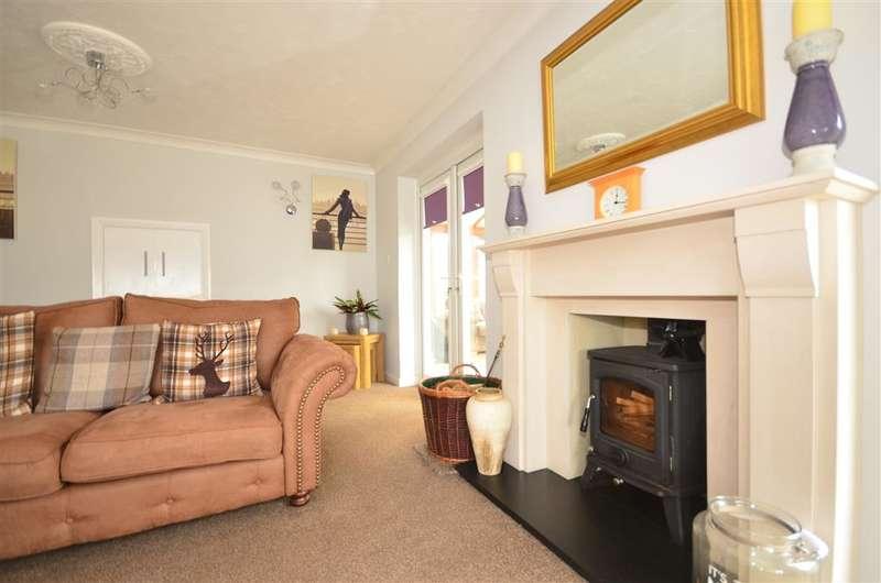 2 Bedrooms Bungalow for sale in Hillside Walk, Storrington, West Sussex