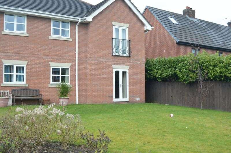 2 Bedrooms Flat for sale in Hollin Well Close, Manchester