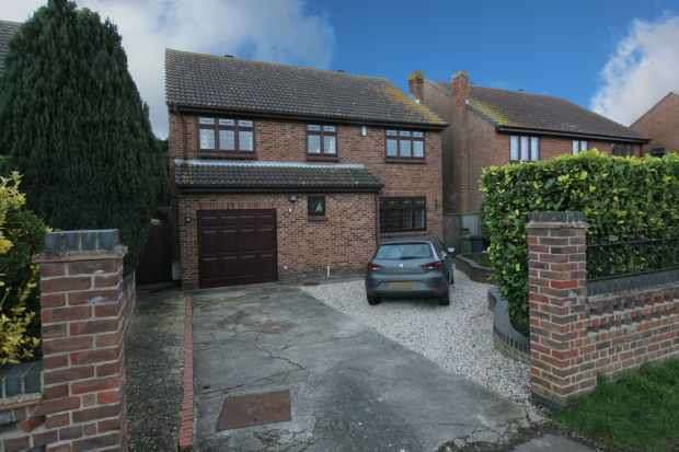 4 Bedrooms Detached House for sale in The Drive, Chelmsford, Essex, CM3 6AA