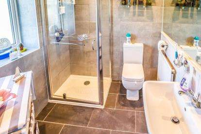 3 Bedrooms End Of Terrace House for sale in Halifax Road, Hipperholme, Halifax, West Yorkshire