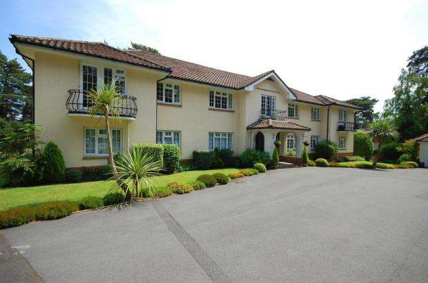 2 Bedrooms Flat for sale in Ferndown, Dorset, BH22