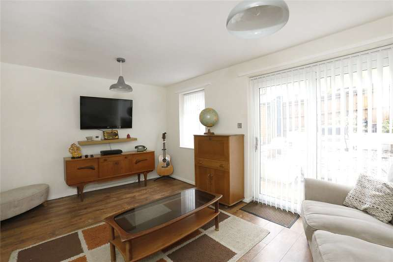 3 Bedrooms Maisonette Flat for sale in Palace Square, London