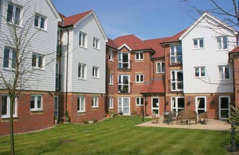 1 Bedroom Flat for sale in Eadhelm Court, Penlee Close, Edenbridge, Kent: One bed second floor retirement apartment