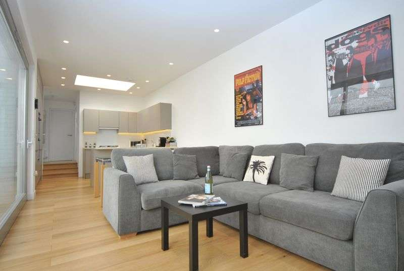2 Bedrooms Flat for sale in Hillfield Mews, London, N8