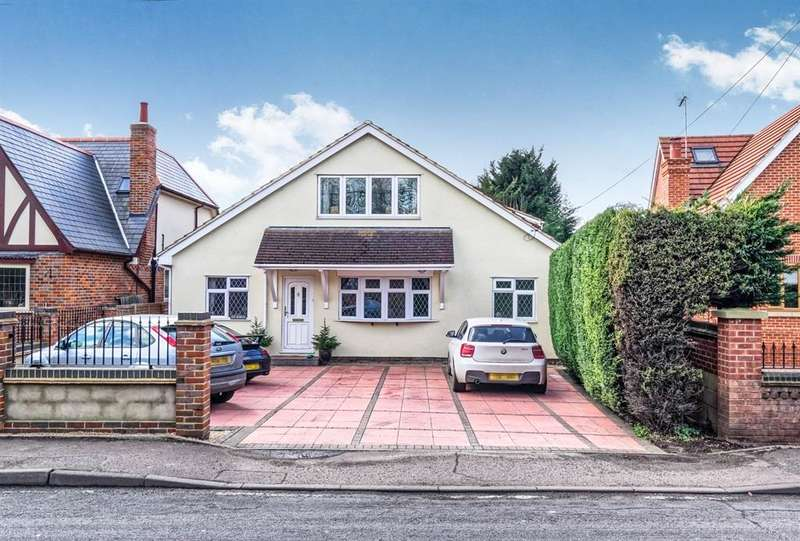 4 Bedrooms Detached House for sale in Dobbs Weir Road, Roydon, Harlow, CM19