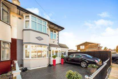 4 Bedrooms End Of Terrace House for sale in Rise Park, Romford, Essex