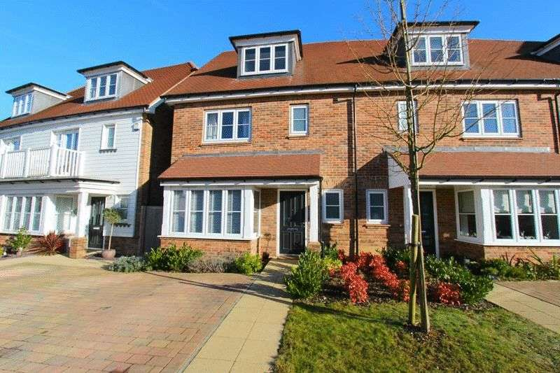 3 Bedrooms Semi Detached House for sale in Woodview Way, Caterham
