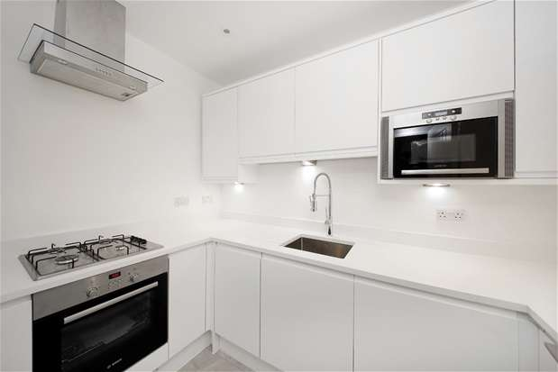 2 Bedrooms Flat for sale in Gaynesford Road, Forest Hill