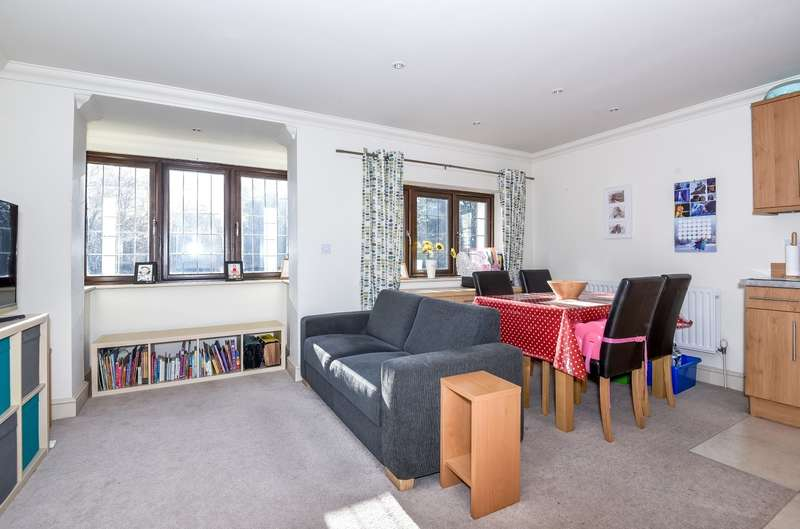 2 Bedrooms Flat for sale in Paveley House, Fishbourne Road East, Chichester, PO19