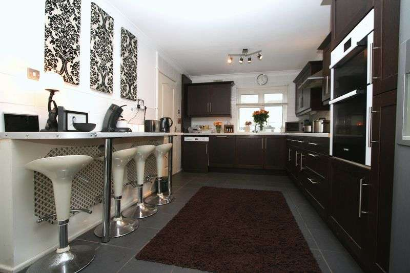 3 Bedrooms Terraced House for sale in Shackleton Close, St Athan