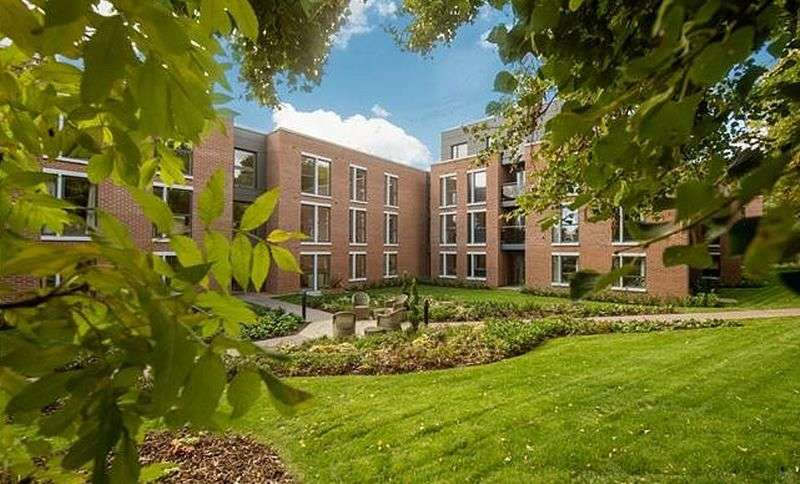 2 Bedrooms Flat for sale in Glen Hills Court: **EARLY VIEWING IS HIGHLY RECOMMENDED** WALK OUT BALCONY