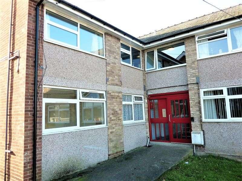 2 Bedrooms Flat for sale in Llys Bedwyr, Bangor, Gwynedd