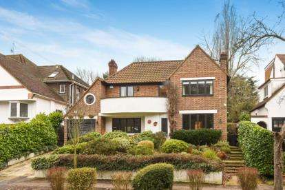 4 Bedrooms Detached House for sale in Forest Way, Woodford Green