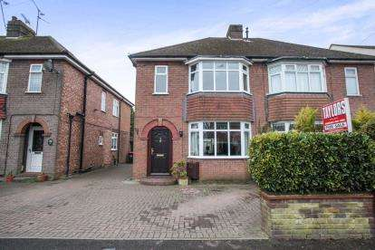 3 Bedrooms Semi Detached House for sale in Kirby Road, Dunstable, England, Uk
