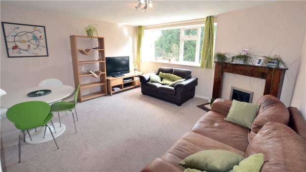 2 Bedrooms Maisonette Flat for sale in North Orbital Road, Denham Green, Buckinghamshire