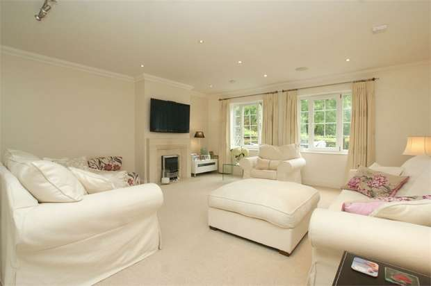 2 Bedrooms Flat for sale in Flockton House, Jessamy Road, WEYBRIDGE, Surrey