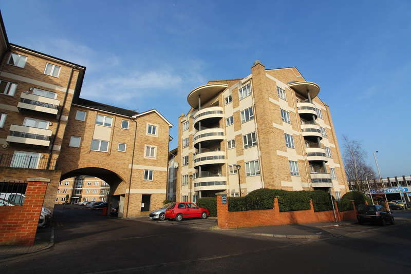 2 Bedrooms Apartment Flat for sale in Branagh Court, Reading
