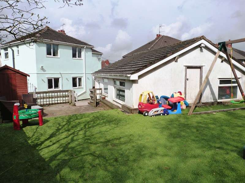4 Bedrooms Semi Detached House for sale in Coronation Avenue, Knypersley, Staffordshire, ST8 7AJ