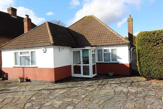 3 Bedrooms Detached Bungalow for sale in Rusland Avenue, Orpington, Kent, BR6 8AU