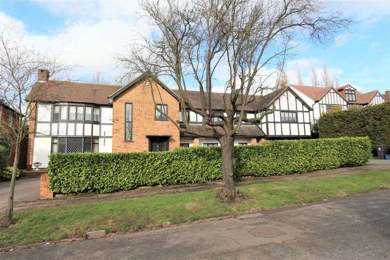 5 Bedrooms Detached House for sale in Meadow Way, Chigwell