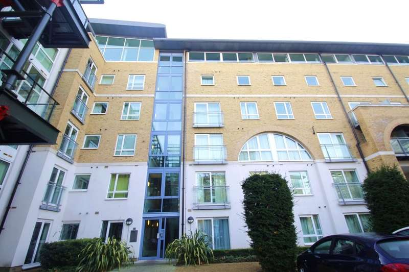 3 Bedrooms Flat for rent in Hopton Road, London, SE18