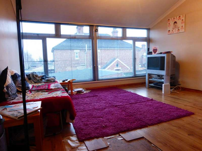 3 Bedrooms Maisonette Flat for sale in Bedford Road, Kempston, Bedford, MK42