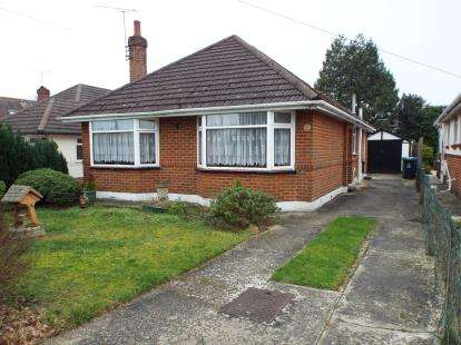 2 Bedrooms Bungalow for sale in Broadstone, Poole, Dorset