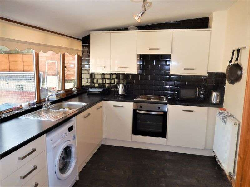 2 Bedrooms Terraced House for sale in Carr Lane, Lowton