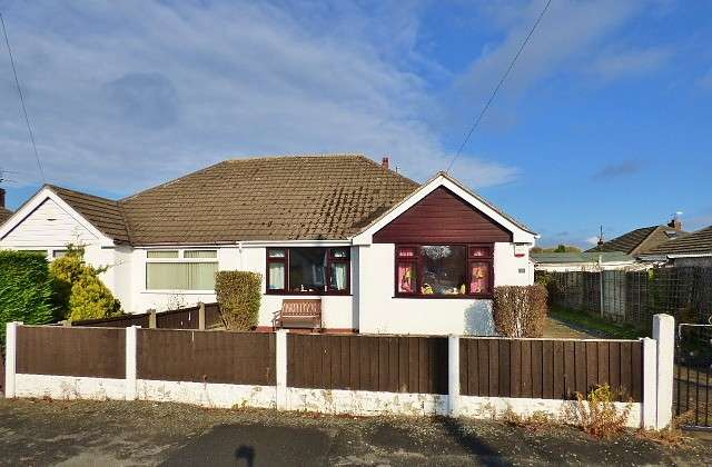 2 Bedrooms Bungalow for sale in Holly Road, Penketh, Warrington