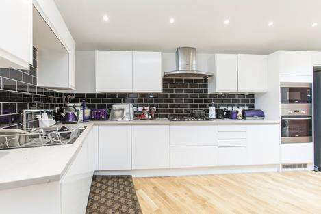 3 Bedrooms Flat for sale in Palmerston Road, London E17