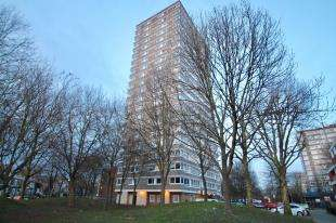 2 Bedrooms Flat for sale in Whitgift House, 61 Westbridge Road, Battersa, London