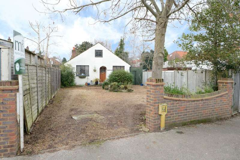 2 Bedrooms Detached Bungalow for sale in Carmalt Gardens, HERSHAM VILLAGE KT12